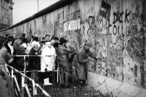 Mauerfall: Berliner Mauer zwischen Reichstagsgebäude und Brandenburger Tor, 1989. Quelle: Wikicommons.