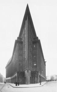 Fritz Höger: Chilehaus, Hamburg, 1922-24. Ansicht vom Deichtorplatz.